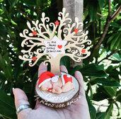 Bebè con albero della vita natalizio
