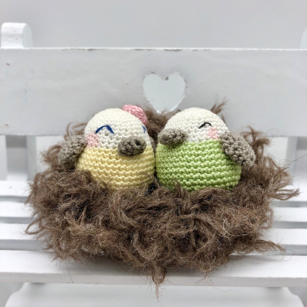 Coppia di uccellini amigurumi nel nido fatti a mano all'uncinetto