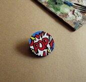 Spilla POP ART. Piccola spilla in legno dipinta a mano. Roy Lichtenstein. Pop Art. Spilla dipinta a mano. Compleanno. Idea Regalo.
