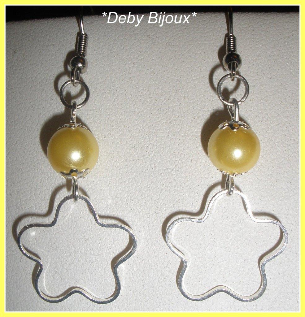Orecchini con fiore in metallo e perlina gialla