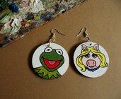 Orecchini MISS PIGGY and KERMIT. Orecchini in legno dipinti a mano. Miss Piggy e Kermit La rana. Muppets Show. Idea regalo originale.
