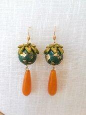 Orecchini realizzati a mano con perline in resina e gocce