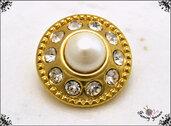 Bottone gioiello mm. 20, in metallo colore oro, con 10 strass e perla centrale, attaccatura con gambo