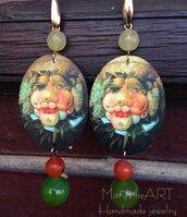 Orecchini pendenti con ovali in legno decorato double-face con dipinto di Arcimboldo e pietre dure