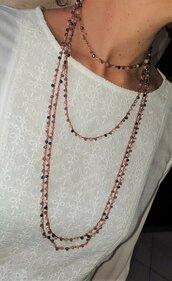 Collana fatta artigianalmente a mano a uncinetto con perline sul rosa, blu e oro