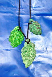 collana tre foglie in cartapesta