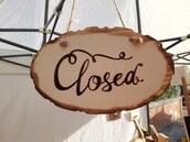 """Targhetta """"Open-Closed"""" (aperto-chiuso) in legno pirografato a mano"""