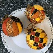Tris di kimekomi balls sui toni del marrone, giallo e arancio
