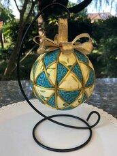 Kimekomi ball, decorata con tessuto giallo e azzurro