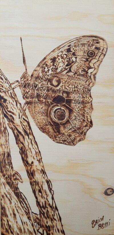 Quadro da appendere con farfalla pirografata artigianalmente
