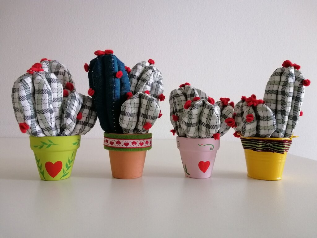 Cactus imbottiti in vasetto