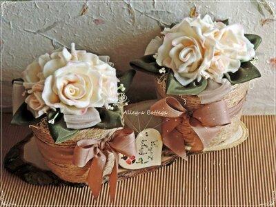 Vasi di rose bianche