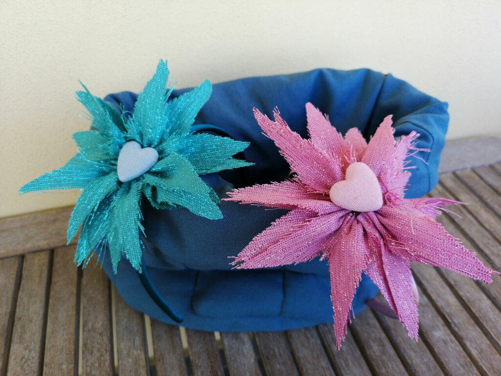 Cerchietto con fiore in stoffa e cuoricino.