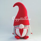 Una gnoma in feltro: un fermaporta fatto a mano come idea regalo per il tuo Natale, decorativo, originale ed utile