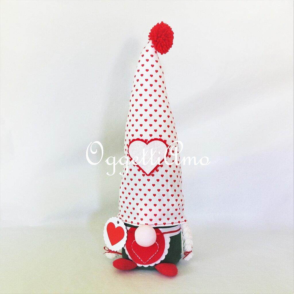 Un originale fermaporta, uno gnomo decorativo ed utile come idea regalo: una gnoma per i tuoi regali di Natale