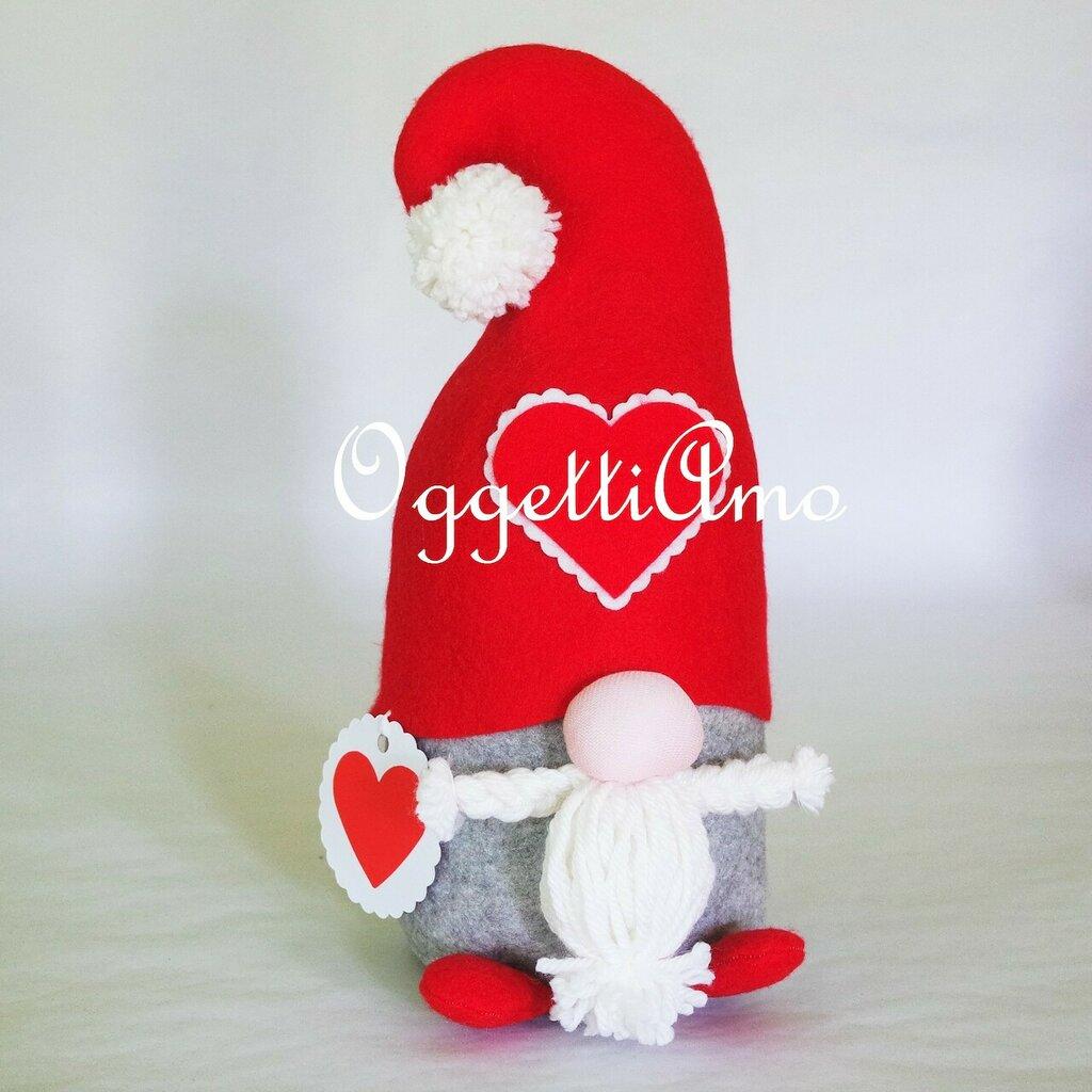Uno gnomo di stoffa fatto a mano come fermaporta: un'idea regalo utile, originale e decorativa per il tuo Natale!