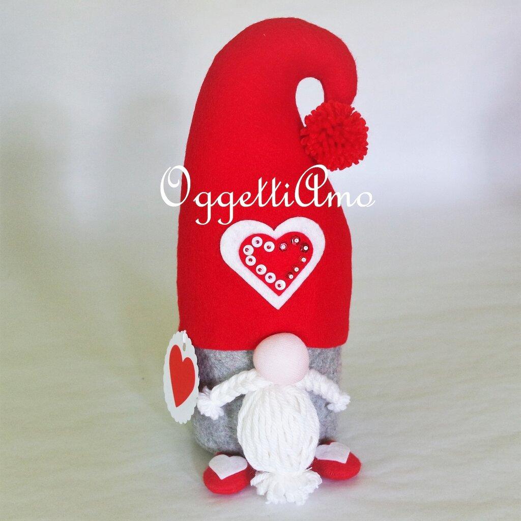Uno gnomo di feltro come fermaporta: una decorazione utile come idea regalo per il tuo Natale
