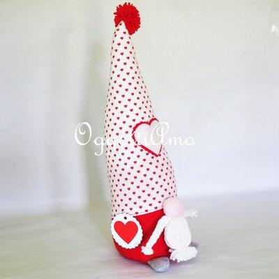 Uno gnomo di feltro e cotone come fermaporta: un'idea regalo fatta a mano in stoffa per i regali di Natale