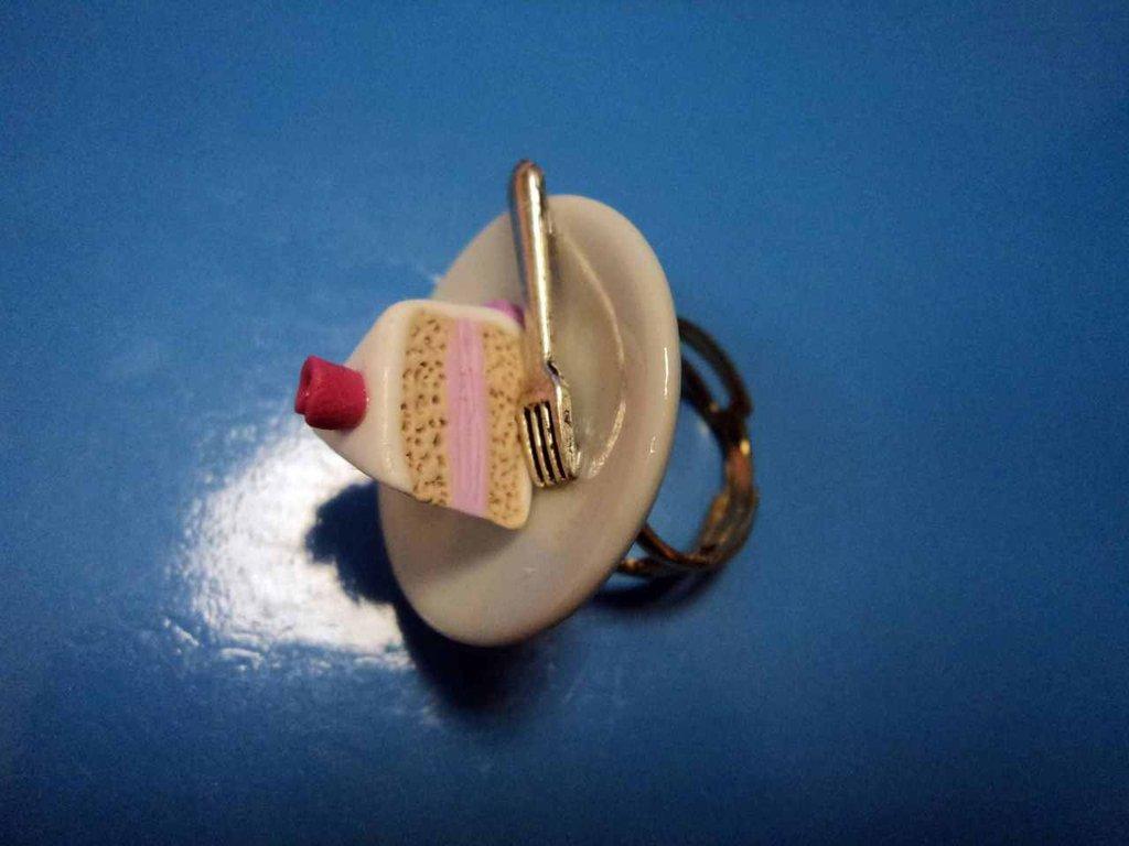 Anello con piattino e fetta di torta in Fimo