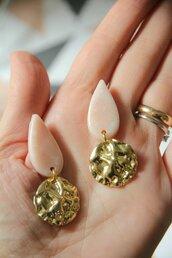 orecchini in fimo pendenti a goccia color rosa tenue glitterato e oro martellato _003_