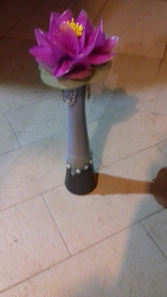 Ninfeea fucsia in vaso di ceramica