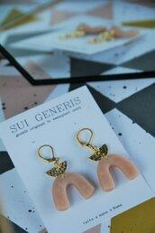 orecchini in fimo pendenti con mezzaluna dorata e rosa carne _005_