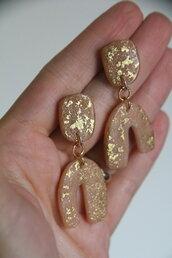 orecchini pendenti in fimo color rosa carne e foglia d'oro _007_