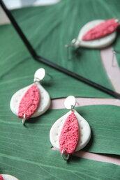 orecchini in fimo pendenti a foglia e goccia, bianchi e rosa texturizzati _008_
