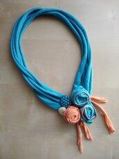 Collana girocollo tessuto con fiori corta ecofriendly turchese gioiello tessile fiori materiali riciclati boho