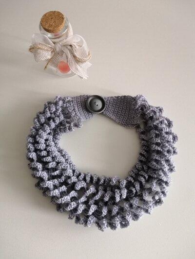 Collana lana grigia ad onde