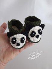 Scarpine panda neonato in lana ad uncinetto