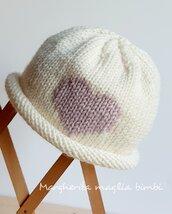 Cappellino/berrettino/cuffia neonata - bianco con cuore rosa- lana merino - fatto a mano