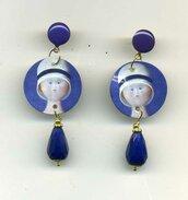 ORECCHINI pendenti in madreperla con volto di bimba di Botero in blu cobalto