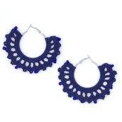 Orecchini a cerchio blu con perline fatti a mano all'uncinetto