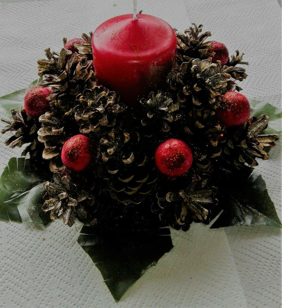 Centro tavola natalizio con pigne