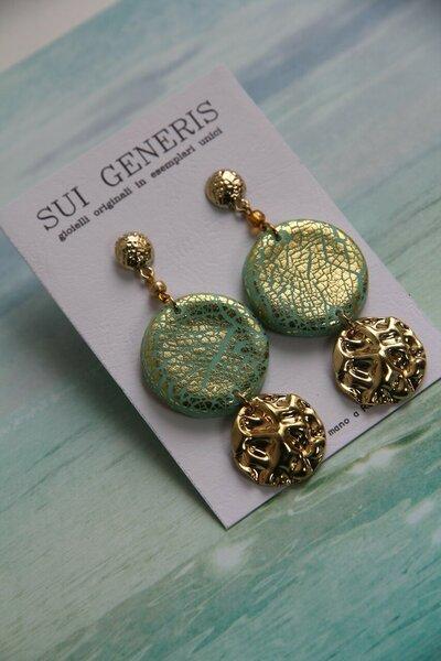 orecchini pendenti in fimo verde menta/acqua con foglia d'oro e ciondolo martellato _011_
