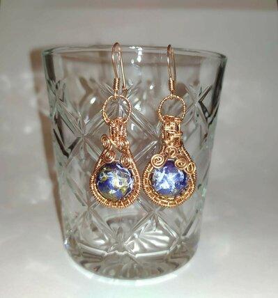 Orecchini in rame tecnica wire con perla sintetica blu dipinta a mano