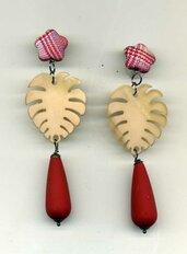 ORECCHINI pendenti con foglia in resina beige e goccia rosso carminio