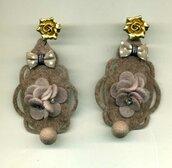 GRANDI ORECCHINI pendenti con goccia in feltro tortora, fiocco e mazzetto di fiori in tinta