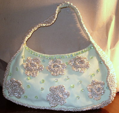 borsetta in stoffa con decorazioni in rafia