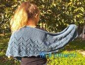 Scialle in lana fatto ai ferri a forma di mezzaluna