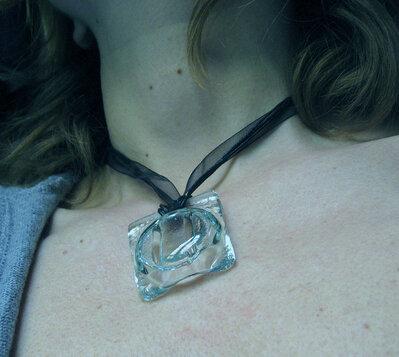 ciondolo in vetro scolpito fatto a mano collezione mini arte :il  Gettone