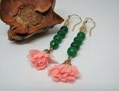Orecchini pendenti in argento placcato oro e pietra dura Smeraldo naturale con fiore in tessuto rosa fatti a mano