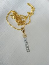 Collana con catena e ciondolo pendente in metallo colore oro e argento con strass