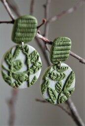 orecchini in fimo pendenti con disegno di foglie a rilievo e lobo texturizzato_verde oliva _043_