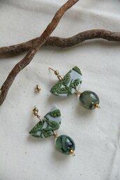orecchini in fimo pendenti con motivo di foglie e rami verde oliva e oro _044