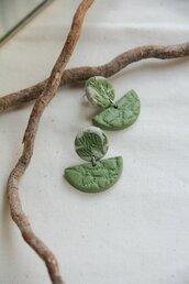 orecchini pendenti in fimo con motivi naturali di foglie stilizzate verde oliva _047_