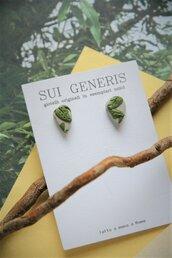 orecchini a lobo piccoli in fimo a goccia/foglia verde oliva e grigio perla motivo a rilievo _052_