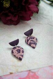 orecchini pendenti a goccia in fimo bicolore viola e rosa carne con motivo astratto _053_