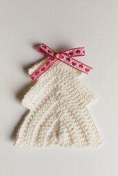Decorazione natalizia albero di natale ad uncinetto bianco in lana decorato con piccolo fiocco